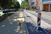 Nedokončené chodníky s cyklostezkou podél Dlouhé třídy v Havířově 4. července 2018. Hotovo mělo být 22. května.