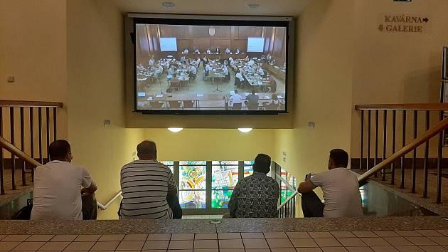 Na pondělní zasedání havířovských zastupitelů přišlo mnoho obyvatel města. Protože nemohli do sálu, sledovali jednání na velké televizi v přízemí Kulturního domu Radost.