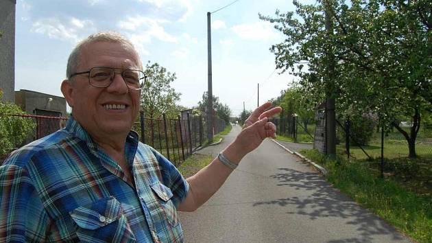 Jíří Černek z Orlové–Poruby ukazuje do míst, kde by podle jeho přání a lidí ze spousedství mohlo město přidat veřejné osvětlení. Zvýšila by se tak bezpečnost místa jak pro obyvatele, tak i pro lidi, kteří ulicí procházejí.