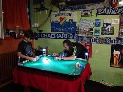 K nejlepším hráčům hry Tipp-Kick je v Bohumíně Lubomír Látal (vpravo).