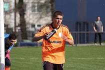 Dominik Makula dal v Břidličné krásný gól. Ladislav Svatoš, který na snímku vykukuje zpoza tyče, si zase připsal čisté konto.