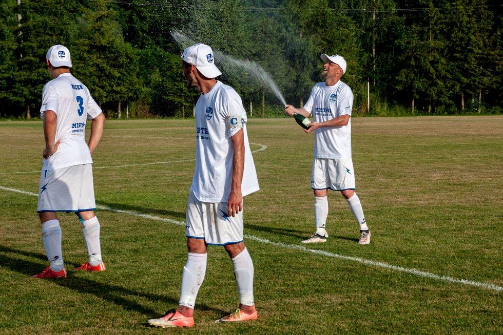 Fotbalisté Slavoje se radují z vítězství v soutěži.