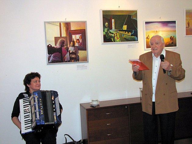 Autor výstavy Karel Šural na vernisáži.