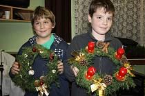 Nikolas Perich (vpravo) a Dominik Wunsch se pochlubili vlastnoručně vyrobenými adventními věnci.