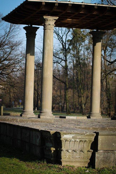 Hádanka č. 15: Stavba z pozůstalosti bývalé Larischovy hrobky v parku Boženy Němcové.