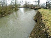 Voda v řece Lučině v době zvýšeného průtoku podemílá břehy meandrů.