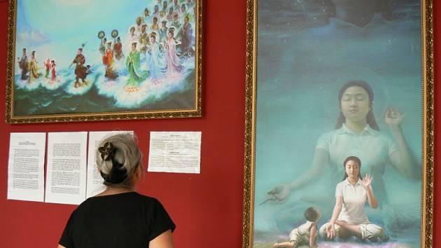 Obrazy v galerii Most vybízejí k zamyšlení.