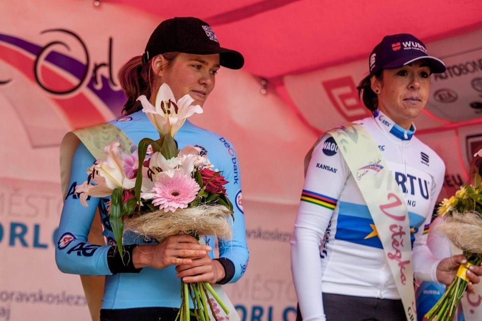 Druhá žena letošní Gracie, Belgičanka Julie van de Velde (vlevo) a vítězka Marta Bastianelli z Itálie.
