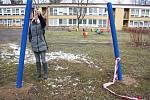 Jen několik hodin vydržela na zahradě karvinské školky speciálně upravená houpačka, kterou v noci na středu ukradli neznámí pachatelé. Na snímku ředitelka školky v místě krádeže.