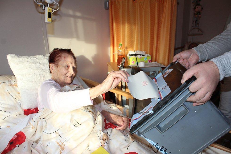 V karvinském domově důchodců volili někteří jeho obyvatelé do přenosných uren.