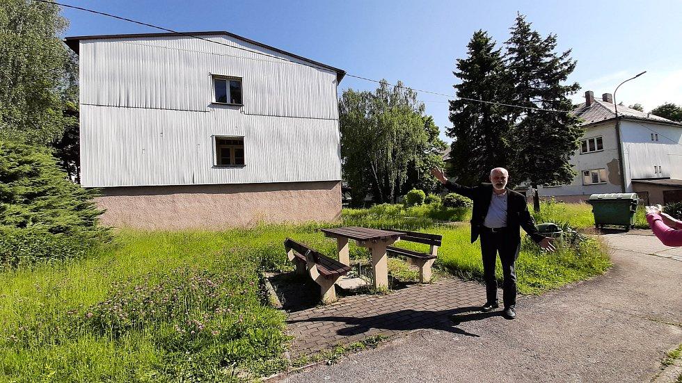 Stěhování z Domova Březiny v Petřvaldu. Areál si brzy převezmou stavbaři. Strhnou některé budovy, postaví novou a vše budou modernizovat.