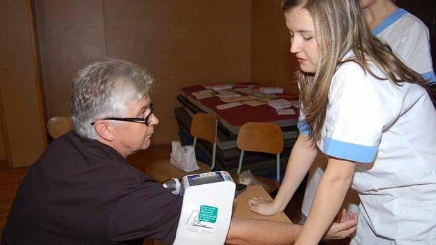 Jeden z návštěvníků Dnů zdraví při měření krevního tlaku.