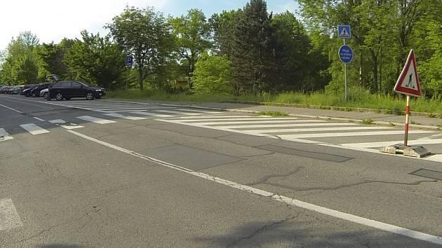 Na vyfrézované díry v silnici upozorňuje řidiče špatná značka.