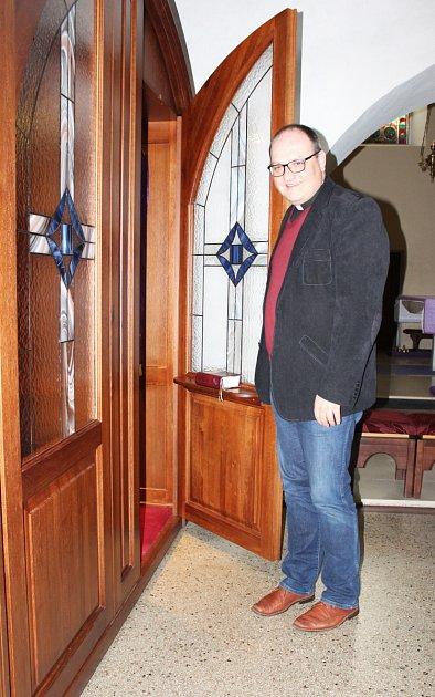 Karvinský farář Przemysław A. Traczyk a zpovědnice v místním kostele Povýšení Svatého kříže.