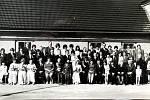 Svatebčané před starou budovou PZKO v roce 1975.