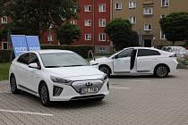 Společnost ČEZ předala zástupcům havířovského magistrátu dva elektromobily, které mohou ke služebním jízdám využívat úředníci magistrátu. Foto: Petr Sznapka