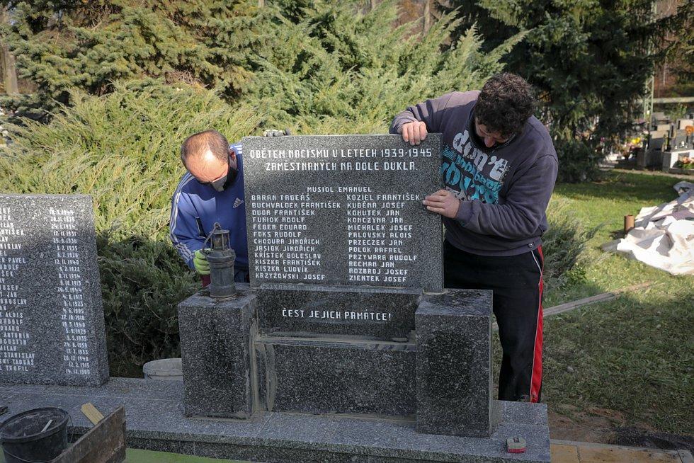 Zrenovovaný památník obětí důlního neštěstí z roku 1961 už stojí na novém místě na šumbarském hřbitově.
