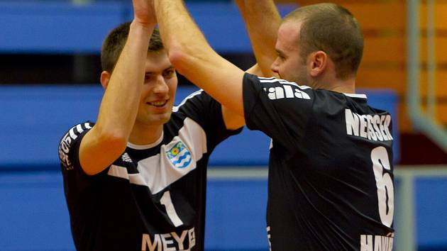 Jak chutná vítězství? Po sobotním zápase s Ústím nad Labem si radost užívali univerzál Filip Kramar a smečar Radomír Neusser (vpravo).