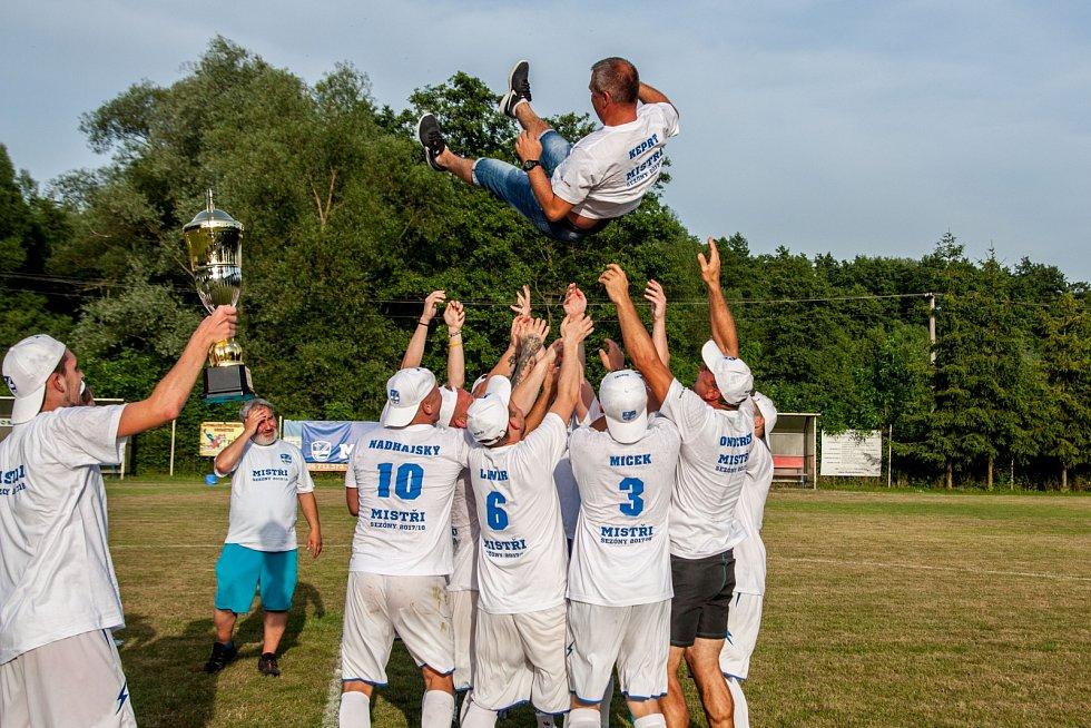 Trenér Pavel Keprt dotáhl Slavoj k postupu a ocitl se nad hlavami hráčů.
