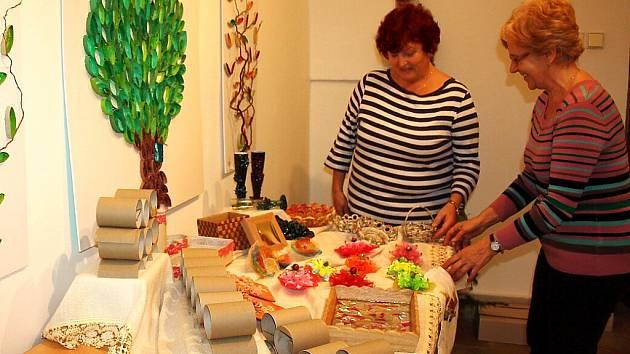 Své výrobky představují na vánoční výstavě dámy z Kroužku šikovných rukou z řad karvinských seniorek.