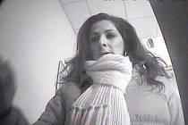Podezřelá žena na snímku z bankomatu.