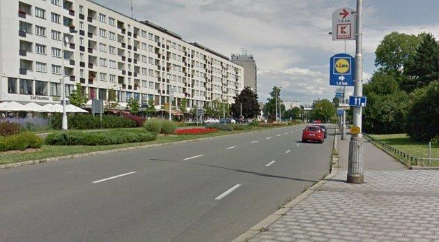 Dlouhá třída vcentru Havířova má 3jízdní pruhy pro přímý směr jízdy.