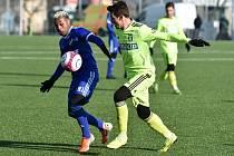 Karvinský útočník Vukadin Vukadinović (v zeleném) v utkání proti Ostravě.
