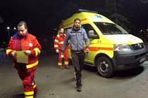 Záchranáři přivádějí zraněného k ošetření v nemocnici.