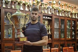 Jan Sobol s trofejí, kterou s klubem vybojoval v roce 2006, kdy odešel do zahraničí.