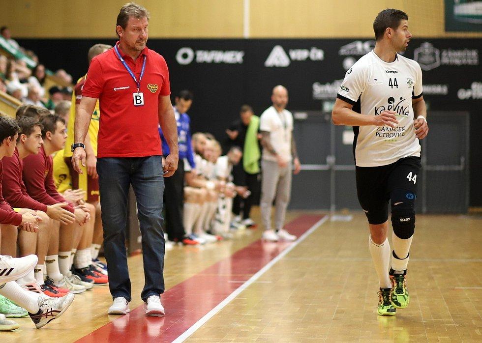 Jan Sobol se domů vrátil po dlouhých čtrnácti letech. Trenér Dukly Michal Tonar (vlevo) může Karviné takového zkušeného borce jen závidět. K dispozici má velmi mladý tým.