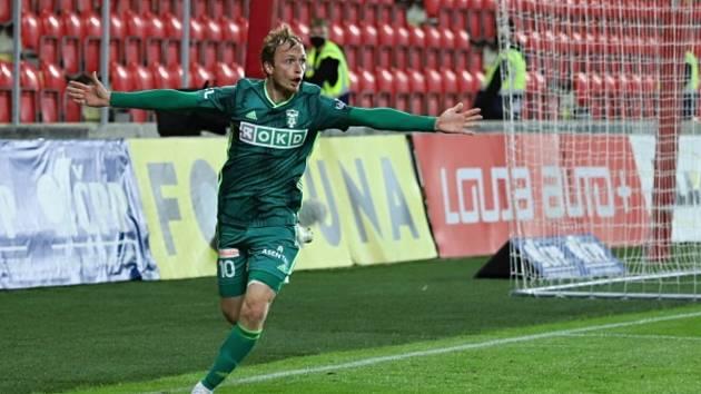 Fotbalista Karviné Lukáš Čmelík se raduje na hřišti mistrovské Slavie z vyrovnávacího gólu na konečných 1:1, kteří vstřelil v 85. minutě.
