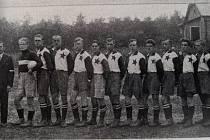 Rok 1932, SK Slavia B. Zleva: Fr. Vřišť., Adamovský, Slivka, Kendzior, Měšťák, Prokop, Pala, Kořec, Prokop K., Darda, Durčák, Ruta.