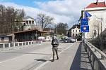Starostka Českého Těšína Gabriela Hřebačková v pátek skrze youtube a sociální sítě oznámila informace o koronaviru na polské straně města Těšín. Instituce jsou nyní uzavřeny, opatření se dotýkají také hranic s polskou stranou města.