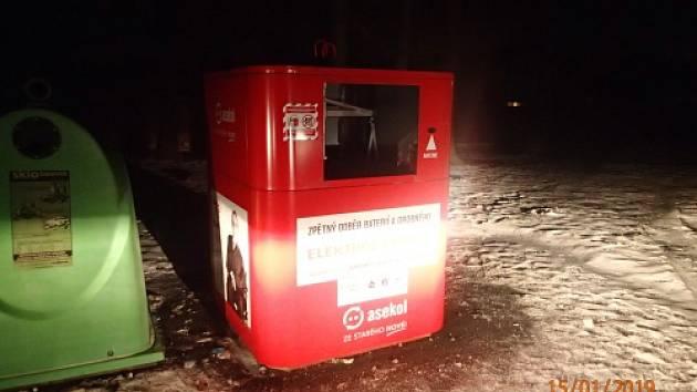 Třináctiletého chlapce vytáhli v noci na úterý profesionální hasiči z Bohumína z prázdného kovového kontejneru na elektroodpad.