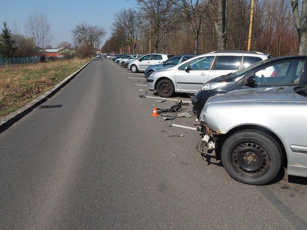 Řidič (38) vozidla Jeep Grand Cherokee jel po ulici Astronautů, ve směru jízdy k ulici Dělnická. Za křižovatkou narazil do šikmo zaparkovaného vozidla Mercedes Benz E280 a ujel.