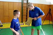 Chovanci těrlického výchovného ústavu byli oceněni za pomoc dětem s autismem. Na snímku s oceněním Richard Michálek.
