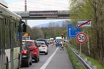 Na silnici I/67 za Karvinou směrem na Český Těšín musí řidiči kvůli opravě nosníku vodovodního potrubí počítat s kyvadlovou dopravou