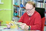 Petr Janda četl dětem pohádky v karvinské knihovně.