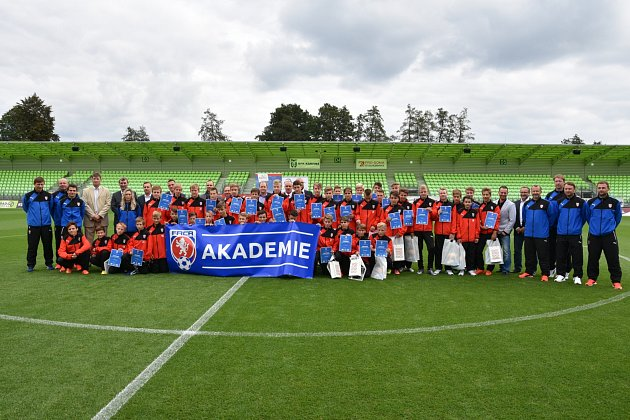 Slavnostního otevření Regionální fotbalové akademie vKarviné se zúčastnily iosobnosti českého fotbalu.