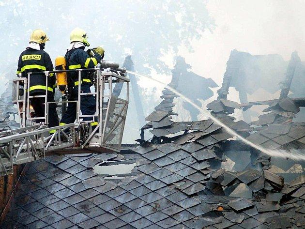 Zásah hasičů trval asi půldruhé hodiny, poté ještě dohašovali drobná ohniska požáru pod střechou.