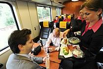 Obsluha cestujících v dálkovém vlaku RegioJet.