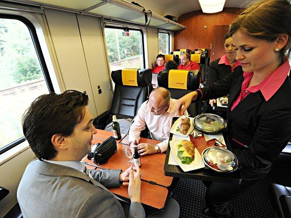 Obsluha cestujících vdálkovém vlaku RegioJet.