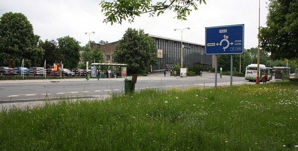 Přednádražní prostor uhavířovské železniční stanice.