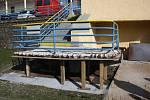 Schody z terasy k bazénům jsou právě opravovány.