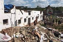 Dům rodiny Zugárkových v jihomoravských Hruškách, který zničilo tornádo. Spoušť už zlikvidovali svépomocí děti majitelky a dobrovolníci.