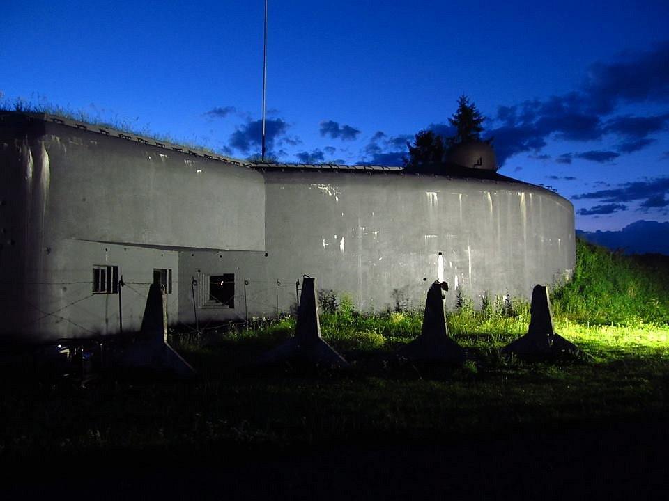 Noční pohled na bunkr v Bohumíně.