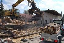 Budovu starého kina v Dolní Lutyni tento týden zdemoloval bagr.