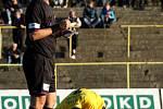 A zde hlavní hvězda zápasu, rozhodčí Mikel.
