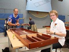 Hráči při holandském billiardu.