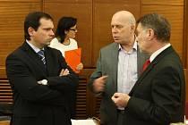Náměstek Petr Smrček (vlevo) v diskusi na zasedání havířovského zastupitelstva se spolustraníky z ČSSD Vojtěchem Kozákem a Milanem Černým.